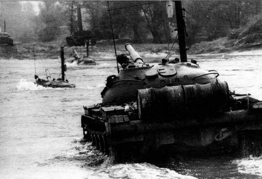 Танки Т-62 форсируют р.Одру во время учений. Польша, октябрь 1969 года