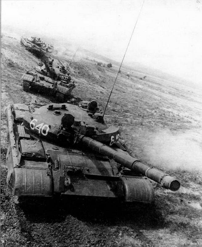 Модернизированная «шестьдесятдвойка» — танк Т-62М. Налицо все внешние признаки этой машины: усиленное бронирование, лазерный дальномер, бортовые экраны и теплозащитный кожух пушки