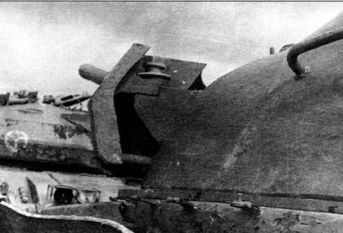 Узел крепления дополнительного бронирования («бровей») на башне (фото слева)