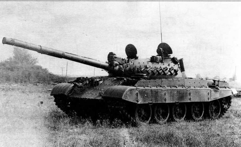 Средний танк Т-62МВ. На башне и корпусе хорошо видны бонки и кронштейны для крепления элементов комплекса динамической защиты