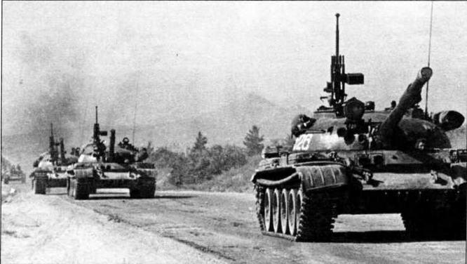 Колонна танков Т-62 выдвигается в район сосредоточения. Афганистан, июнь 1980 года