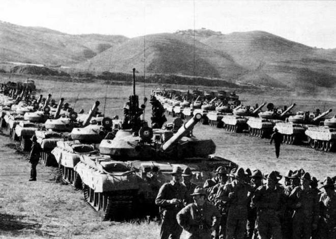 Подразделение 24-го <a href='https://arsenal-info.ru/b/book/1627328415/40' target='_self'>гвардейского танкового полка</a>, выведенного с территории Афганистана. Кушка, 18 октября 1986 года
