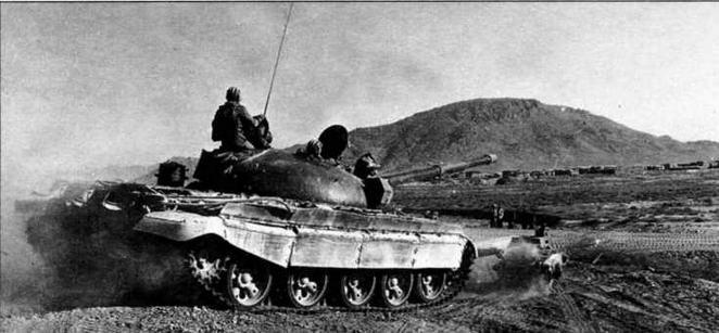 Использование танков Т-62 с Катковыми минными тралами при сопровождении транспортных колонн было в Афганистане обычным явлением. Район Кандагара, 1988 год
