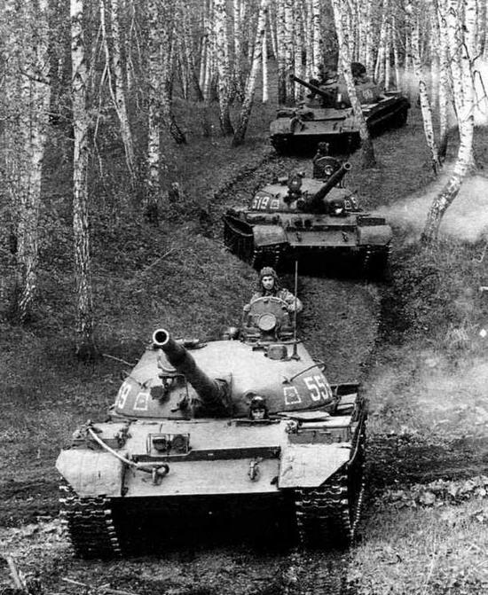 Танковое подразделение на марше. Третья машина в колонне — танк Т-54Б. Полигон Юрга, Сибирский военный округ, июль 1988 года