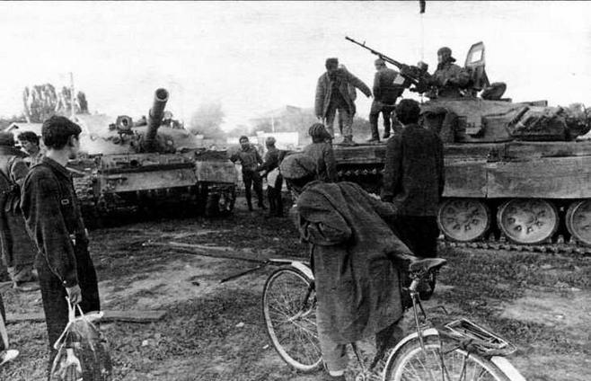 В Аргуне, захваченном войсками Д.Дудаева, сентябрь 1994 года. Справа— Т-72Б из состава танкового полка «чеченской армии», слева — подбитый Т-62 оппозиционеров