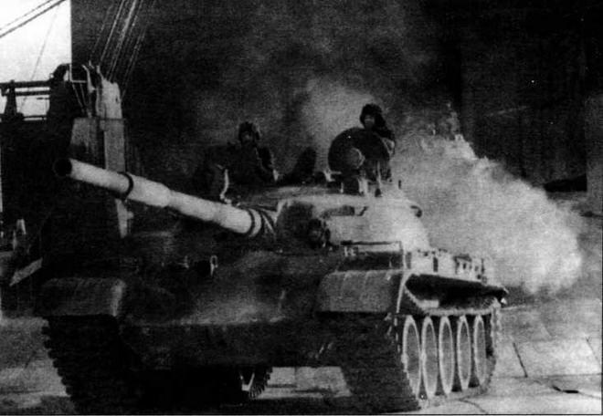 Т-62 9-й сирийской танковой дивизии выгружаются в саудовском порту Янбу. Зима 1991 года