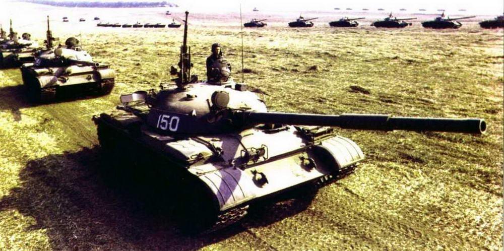 Танки Т-62 на марше. Учения «Щит-82», 1982 г.