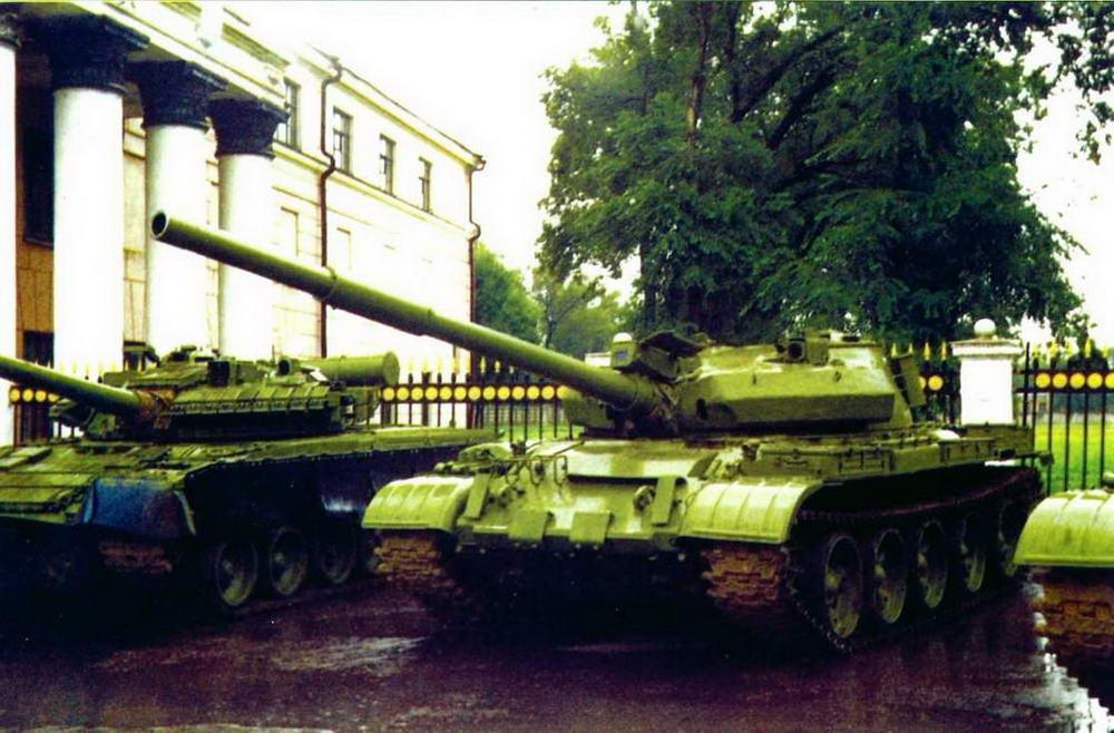 Танк Т-62М в экспозиции боевой техники у Дома офицеров в г.Уссурийске, 2000 г.
