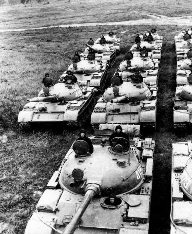 Подразделение танков Т-62 перед маршем, 1970-е годы