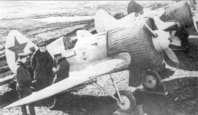 Истребители И-16 из 4-го гвардейского истребительного авиационного полка ВВС Балтийского флота (13-й И АП был преобразован в 4-й ГИАП 18 января 1942 г.). Полк прикрывал от налетов авиации противника Дорогу жизни через Ладожское озеро.