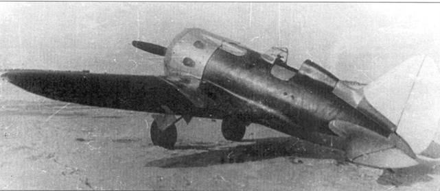 Истребитель И-16 с двигателем М-35В, самолет вооружен двумя крыльевыми пулеметами СН калибра 7,62 мм и двумя синхронными пулеметами ШКАС калибра 7,62 мм. Снимок сделан в марте 1939 г. на аэродроме завода № 21.