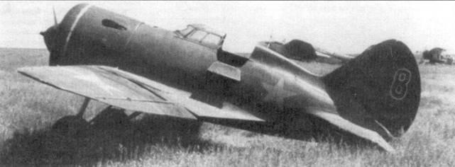И-16 тип 5 с фонарем кабины раннего тип. На заднем плане левее стоит бомбардировщик СБ-2 с двигателями М-103бис, правее – истребитель И-153 «Чайка».