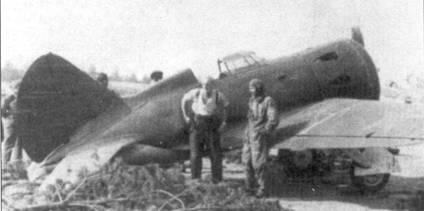 Немецкие летчики позируют на фоне трофейного истребителя И-16 тип 5.