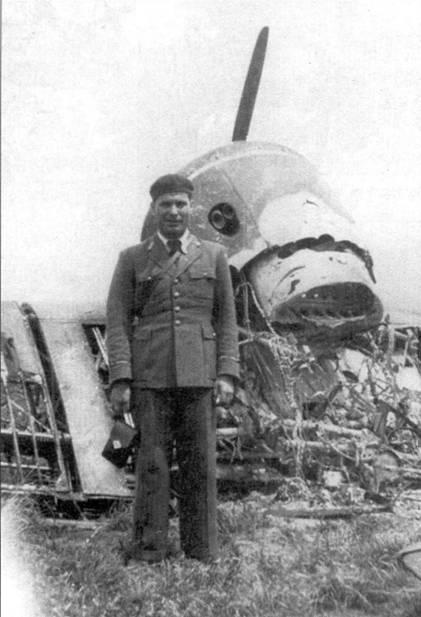 Румынский офицер позирует на фоне обломков УТИ-4.