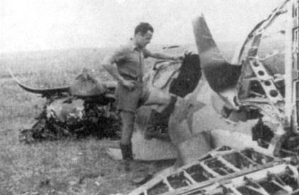 Итальянец осматривает обломки истребителя И-16.