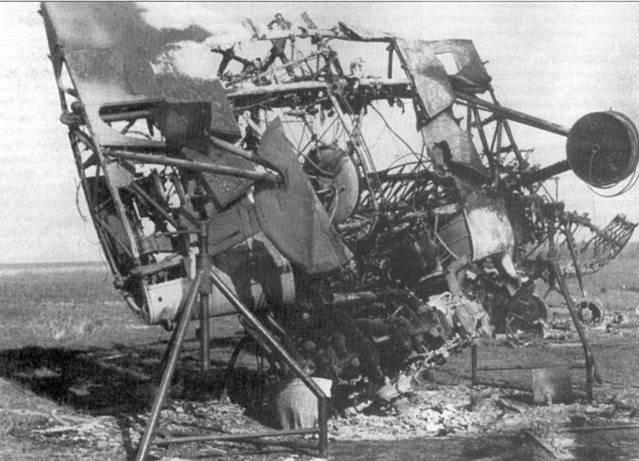 То, что осталось от сгоревшего И-16, снимок сделан 25 июня 1941 г. Видимо самолет подожгли русские, когда оставляли аэродром. Немцы захватили много самолетов на аэродромах, но еще больше аэропланов все-таки успели уничтожить советские войска.