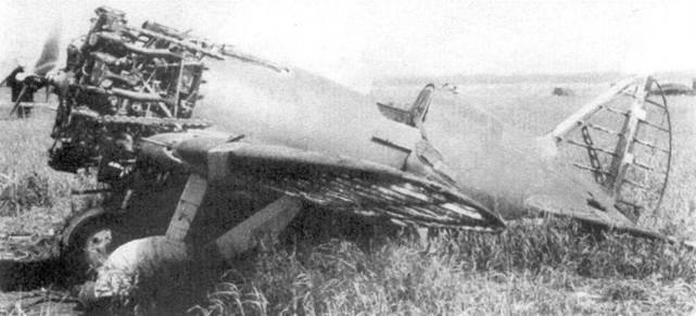 Брошенный на аэродроме истребитель <a href='https://arsenal-info.ru/b/book/688286330/8' target='_blank'>И-16 тип 10</a> с двигателем М-25.