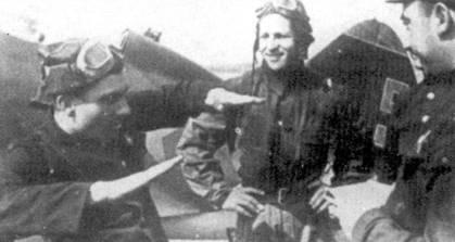 Лейтенант Петр Бринько из 13-го истребительного авиационного полка ВВС Балтийского флота на руках рассказывает о проведенном им воздушном бое. 13-й И All базировался на полуострове Ханко. До своей гибели 14 сентября 1941 г. в воздушном бою над Ленинградом, Бринько одержал 15 побед.