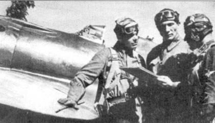 Лейтенант Чирков из 158-го истребительного авиационного полка инструктирует своих ведомых перед боевым вылетом, июль 1941 г. Чирков одержал первую победу в воздушном бою 23 июня 1941 г. 158-й ИАП защищал небо Ленинграда.