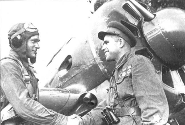 Политрук М.Л. Дубис поздравляет младшего лейтенанта Д. А. Зайцева с присвоением звания Героя Советского Союза. Летчик 2-го истребительного авиационного полка 36-й истребительной авиационной дивизии таранил на И-16 4 июля 1941 г. самолет противника в районе Киева.