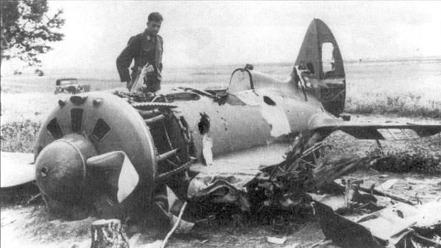 Пилот люфтваффе осматривает обломки истребителя И-16.