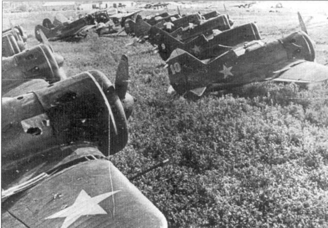Брошенные при поспешном отступлении советских войск истребители, с некоторых машин успели снять вооружение.