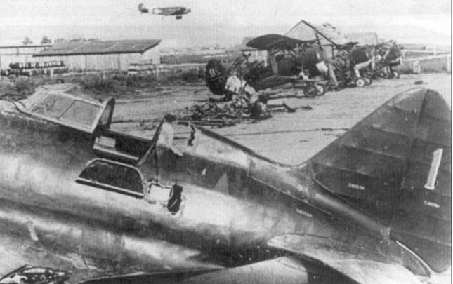 Обычная картина лета 1941 г. Брошенные советские истребители, заходящий на посадку транспортный самолет люфтваффе. На переднем плане – истребитель И-16 тип 5 с заводским номером 521536.