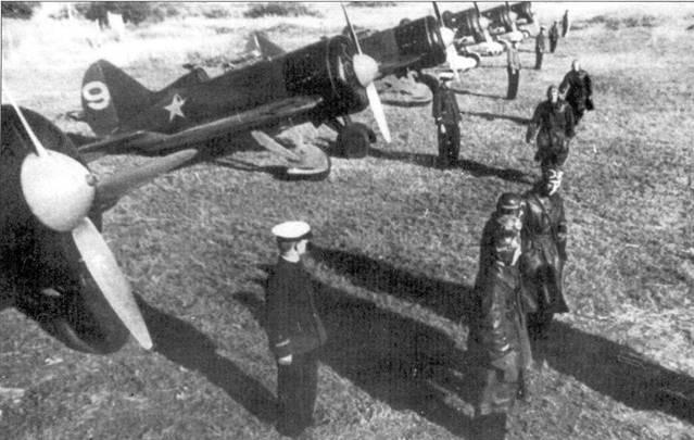 Истребители И-16 и летчики одной из авиационных частей ВВС Балтийского флота.