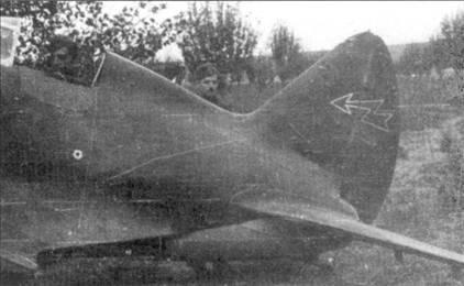 Хвостовая часть истребителя И-16, захваченного на аэродроме венграми, рули высоты демонтированы.