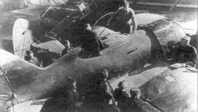 Командир ВВС РККА проверяет истребитель И-16 после ремонта. На заднем плане штурмовик P-Z.
