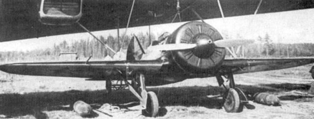 И-16 подведен под плоскость крыла авиаматки. Рядом с истребителем И-16СПБ – две готовые к подвеске 250-кг авиабомбы.