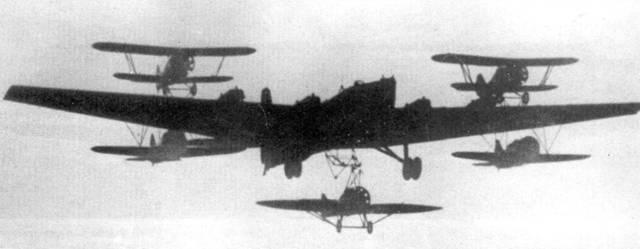 На снимке – самый экзотический вариант «Звена» – авиаматка ПВО. Бомбардировщик ТБ-3 несет пять истребителей: два И-5, два И-16 и один И-Z.