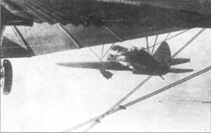 И-16СГ1Б под плоскостью крыла авиаматки ТБ-3. Тренировочный полет.