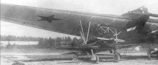 И-16 тип 5 закреплен под плоскостью крыла авиаматки ТБ-3. Обратите внимание – шасси «ишачка» выпущено, но не касается земли.
