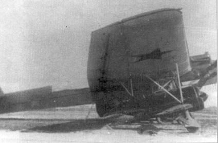 Вид сбоку на подвешенный под плоскость авиаматки ТБ-3 истребитель И-16 тип 5.