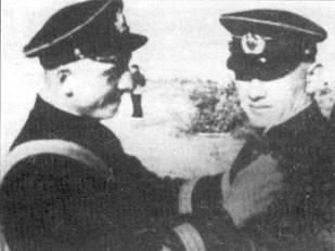 Капитан Шубиков вручает награду лейтенанту Борису Литвинчуку, 13 августа 1941 г. Литвинчук был награжден за первый боевой рейд «Звена-СПБ».