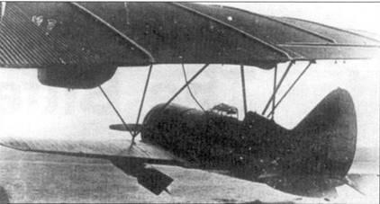 И-16СПБ тип 5 под крылом авиаматки ТБ-3. На «ишачок» подвешены две бомбы ФАБ-250.
