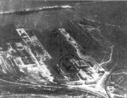 А аэрофотоснимок порта Констанца, сделанный с самолета-разведчика ВВС Черноморского флота. Цифрами отмечены объекта удара И-16СПБ, /- нефтебаза, 2- сухой док.