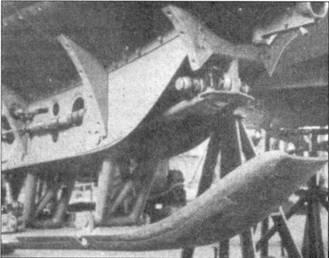 Два снимка посадочного полоза Me 163В-0. Хорошо видно устройство крепления полоза к подфюзеляжной балке.