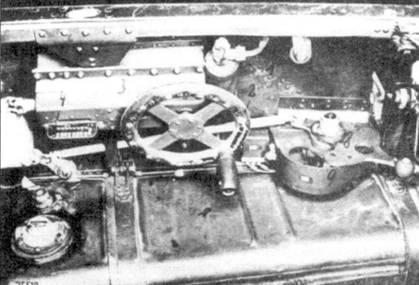Два снимка кабины. Левая консоль: ручка газа, под консолью бак T-Stoff. Ниже правый борт. Виден маховик регулировки триммеров. На правом борту также дополнительный бак для T-Stoff.