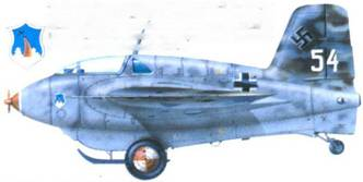 Me 163B-I. Фюзеляж RLM 76 с пятнами RLM 75. Камуфляж стандартный RLM 81/82. Киль с большими нишами RLM 81 и 82, на котрые нанесены меньшие пятна RLМ 75. Днище RLM 76. Стандартные эксплуатационные надписи. Состояние перед отправкой в США.