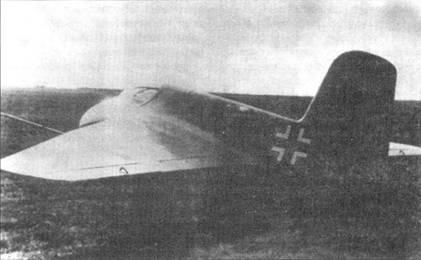 Me 163А в двухцветном камуфляже выруливает ни старт.