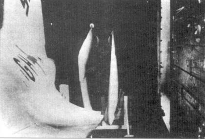 Два снимка, иллюстрирующих способ перевозки «Кометы» в железнодорожном вагоне.