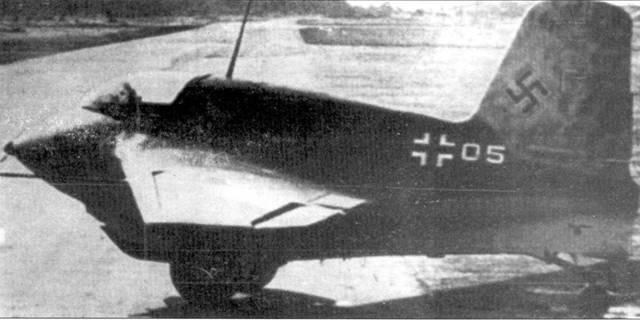 Два снимка Me 163В-0 (V45), на котором позднее испытывали SG 500 Jaegerfaust. Ни нижнем снимке запечатлена подготовка к старту.