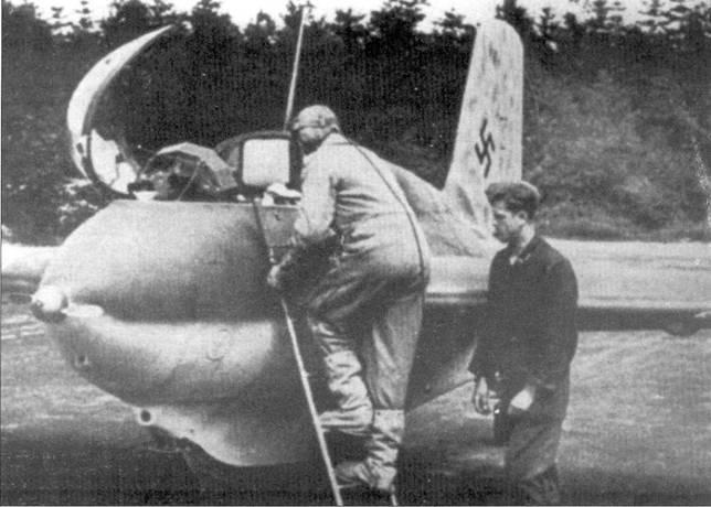 Рудольф Опиц в асбестовом комбинезоне забирается в кабину своей «Кометы» из ЕК 16.