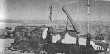 Радиолокатор подсвета и наведения (РПН) 30Н6, на заднем плане - низковысотный обнаружитель (НВО)