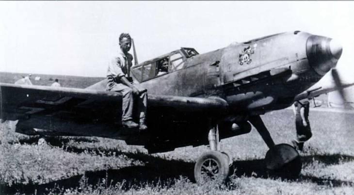 Bf 109E-7/B из II./Schl G.l на Украине (1942 г.) с четырьмя 50-кг бомбами SC 50, подвешенными на пилоне ЕТС 50. Механик сидит на крыле, помогая пилоту на рулении. [МАР]