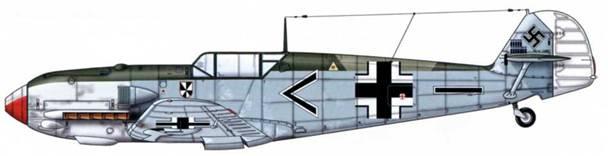 Bf 109Е-4 из II./JG 3, Битва за Британию, август 1940 г. Пилот Oberleutnant (старший лейтенант) Франц фон Верра. Верхние поверхности: RLM 71 /02. Нижние поверхности: RLM 65. Этот пилот был сбит над Англией 5 сентября 1940 г., но ему удалось бежать из плена и передать германским властям важные сведения. Пилотируя Bf 109Е, пропал без вести над морем 25 октября 1941 г.