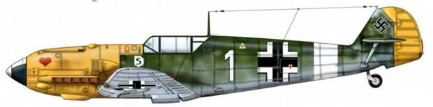Bf 109Е-7 из 7./JG 26, Сицилия, 1941 г. Верхние поверхности: RLM 70 и 71 /02. Нижние поверхности: RLM 65. Другой источник указывает, что этот Bf 109Е-7, на котором летал Hauptmann (капитан) Й. Мюнхенберг, был окрашен RLM 74/75 и RLM 76 с красными отметками побед на руле направления.