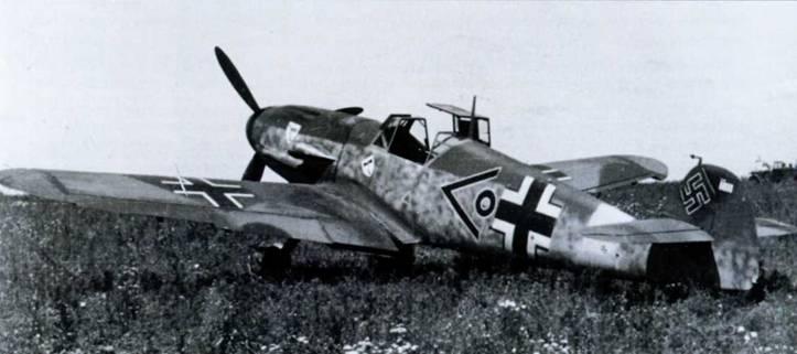 Bf109F-4 из III./JG3 «Удет» в России, с шевроном и кольцом технического офицера группы. На руле направления отметки пяти побед. Камуфляж на крыльях нерегулярной схемы. Возможно, в этом камуфляже дополнительно использовался третий цвет, если только на фотографии нет ретуши. (МАР)